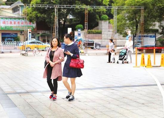 气温骤降,街头行人纷纷身穿长袖出行。 记者 黄余洋 摄
