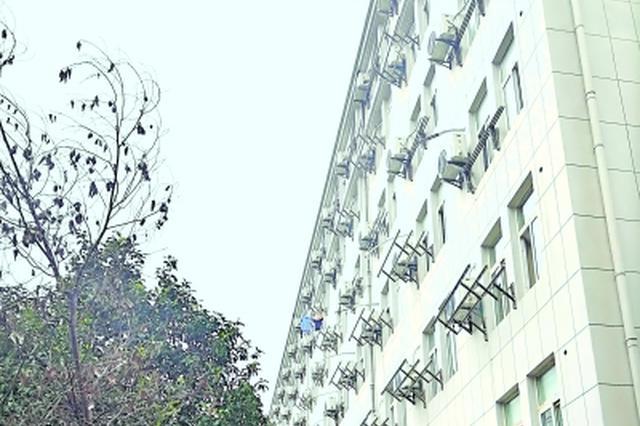 在武汉城市职业学院南校区,学生宿舍外均挂着空调外机   记者刘海锋 摄