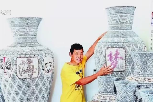 湖北一男子用扑克折花瓶 一只花瓶5000张牌