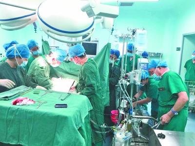 6个学科10多名专家联合会诊、手术,挽救了患者生命