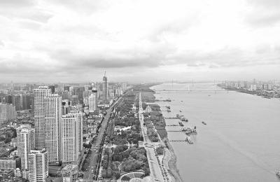 昨天的汉口江滩,风景宜人 记者周迪 摄