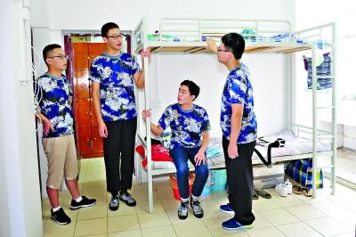 赵襄寅和同学们在寝室聊天    记者彭年 摄