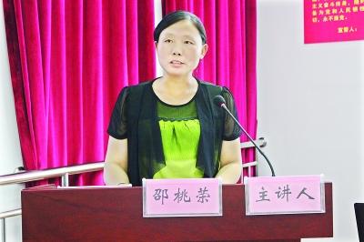 邵桃荣与听众分享自己家的故事    陈建红 摄