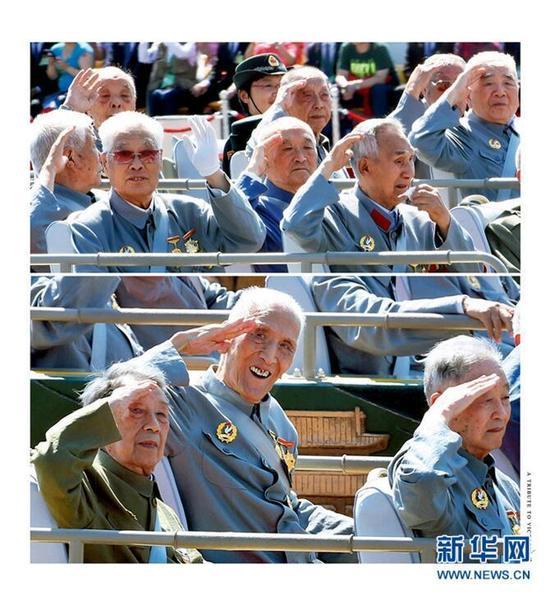 """画册《向胜利致敬》中收录的百岁老兵张玉华参加""""8.3""""胜利日阅兵仪式上的精彩瞬间。"""