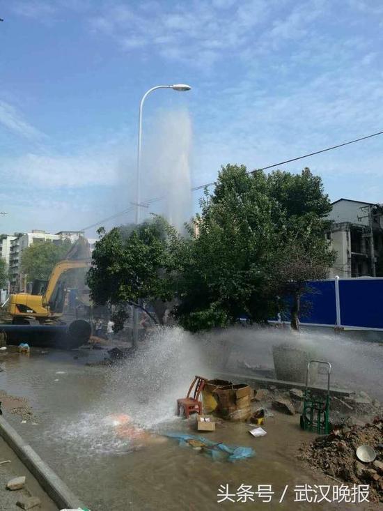 一个多小时后,自来水管阀门被关闭,消防栓才停止了喷水。
