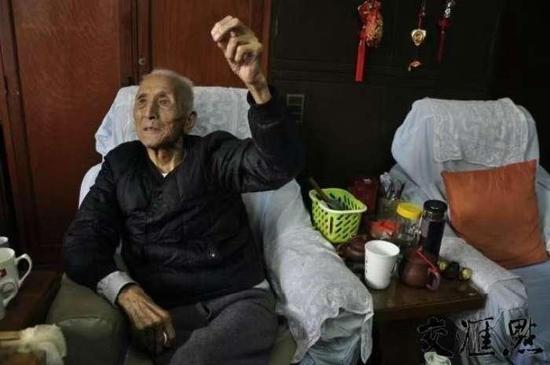 张玉华老将军在家中