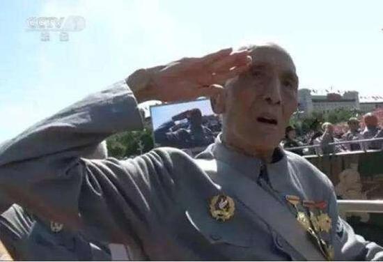 """张玉华老将军在2015年""""9.3""""胜利日大阅兵上,以一个标准军礼给人留下深刻印象"""