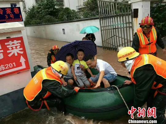 消防官兵救援被困群众 黄海涛 摄