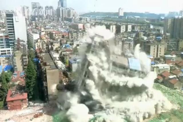 武汉爆破拆除隐患公寓 十几秒整栋建筑轰然倒下