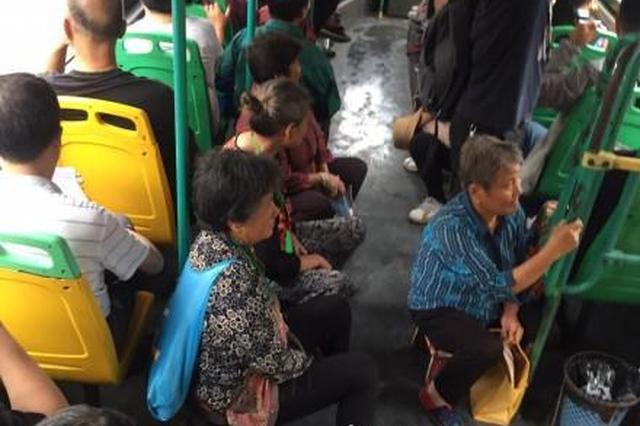 武汉一群大妈带板凳乘坐公交 公交集团:不提倡