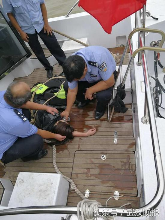 民警将女子救上巡逻艇 通讯员徐韬剑 供图