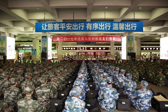 宜昌东站新兵运输启动仪式现场。 乾龙摄