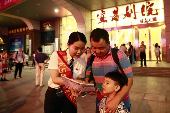 宜昌东站志愿者积极做好会务服务工作。乾龙 摄