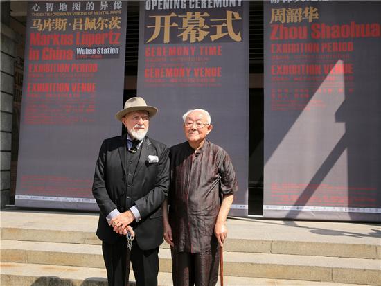 马库斯·吕佩尔茨和周韶华在开幕式前合影(廖邵同摄)