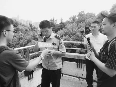 民警假扮骗子身份给大学生打去诈骗电话    刘智宇 摄