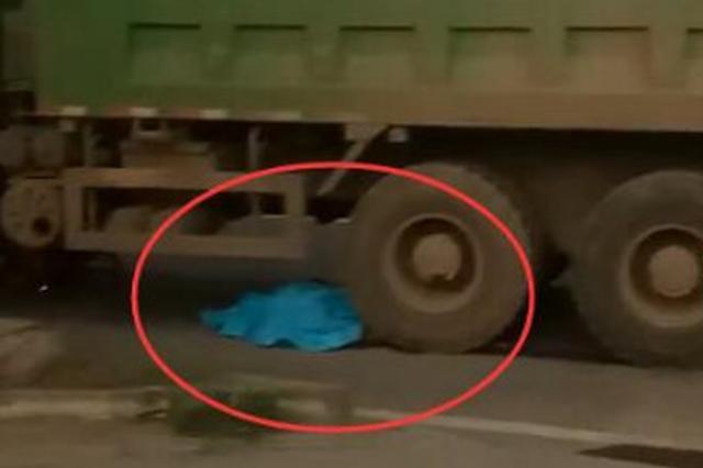 年轻女孩骑共享单车被渣土车卷入车轮下不幸身亡