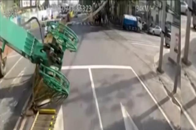 武汉一塔吊砸向电车 司机及时刹车成功避险