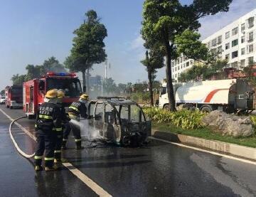 三轮车与大货车相撞起火 警民联手灭火