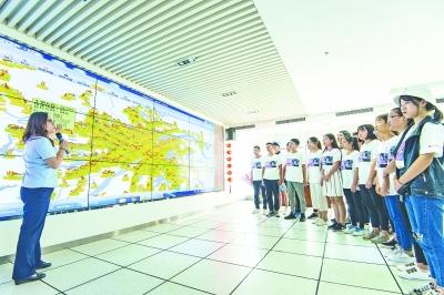 同学们参观武汉公交集团调度中心