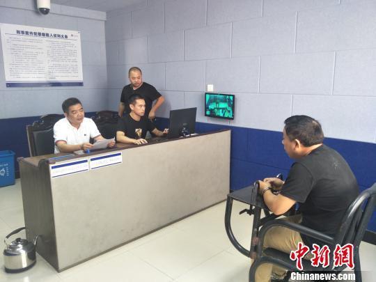 图为:卢某华接受讯问。 龙泉警方供图