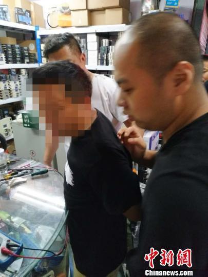 图为:卢某华被警方抓获。 龙泉警方供图