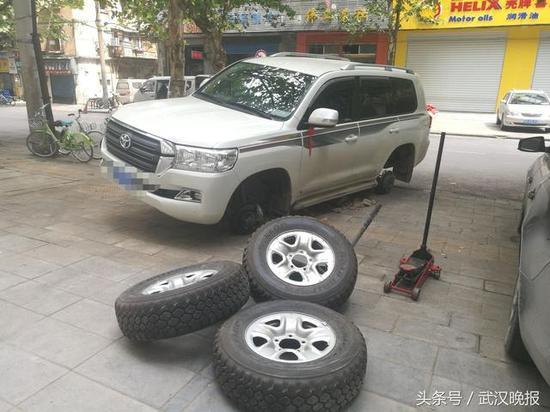 车主请人来安装新的轮胎