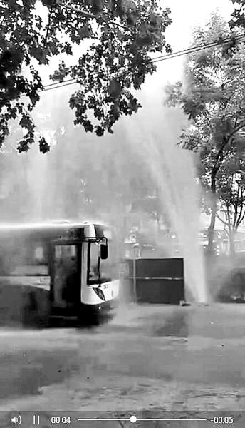 """左图:水管被挖破形成""""喷泉""""    市民刘先生 摄"""