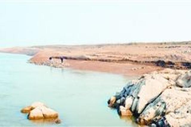 江夏江水中疑似发现古战场遗存 发现者望建保护标志