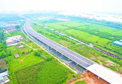 """建设中的江北快速路模样初现,它是武汉第一条""""观江大道""""记者周迪 摄"""
