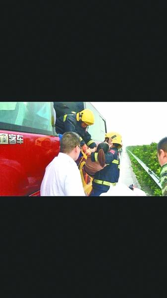 消防官兵将客车上的伤者逐一救出 通讯员李国柱 吴官蔚 罗明 摄