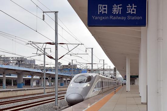 G2044次南昌西至郑州东动车组驶进阳新站。刘剑辉 摄