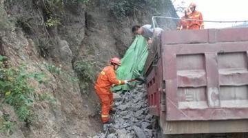 惊险!十堰大货车撞上山体 司机双腿被卡