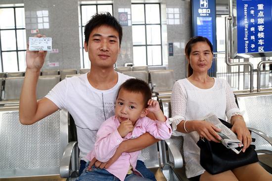 9月21日在枫林站第一个购买至南昌方向车票的旅客。刘剑辉 摄