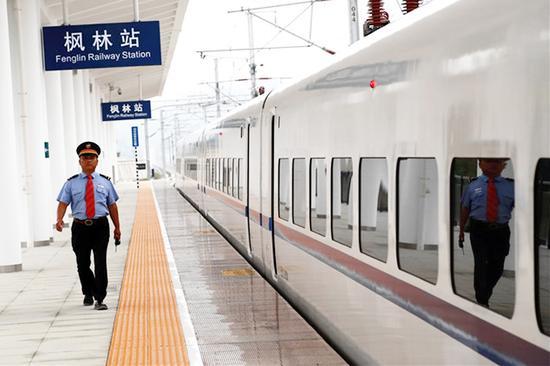 枫林站工作人员组织乘降结束。刘剑辉 摄