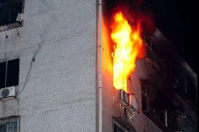 武汉居民家中突然起火 疑未拔手机充电线引发火灾