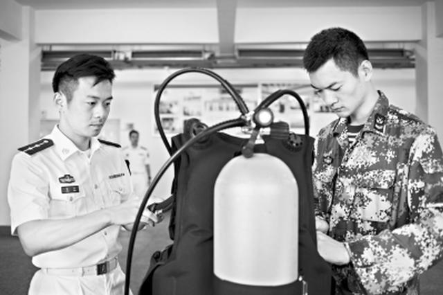 第五届全国道德模范官东学成回到海军工程大学工作