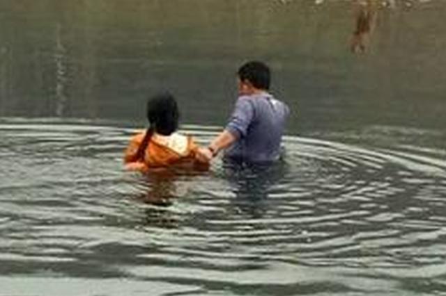 恩施一女子州城风雨桥跳河轻生 冬泳队员急流中救人
