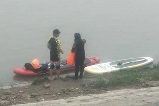 女子长江上划皮划艇翻沉落水 被陌生小伙开快艇救起