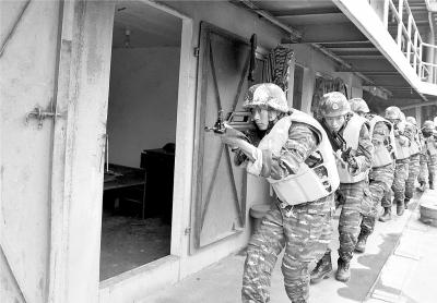 特战队员开展水上交通工具反劫持训练 何智利 摄