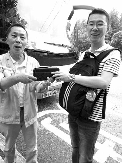 环卫工(左)拾金不昧物归原主通讯员曹瀚月摄