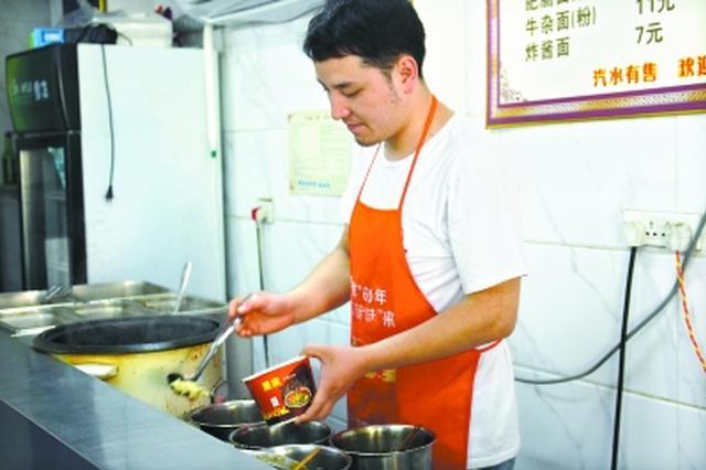 重庆小伙大学毕业留在武汉卖热干面 月入一万五(图)
