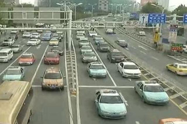武汉最牛加塞大货车被曝光 同一地点竟加塞66次