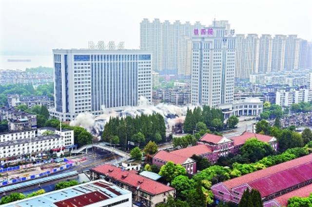 武汉铁四院老办公大楼成功爆破 孕育全国半数高铁