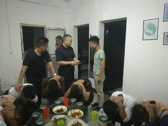 警方找到小辉,并控制传销窝点内的传销人员。