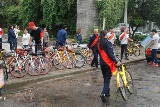 武昌区志愿者在其他共享单车聚集点进行志愿服务