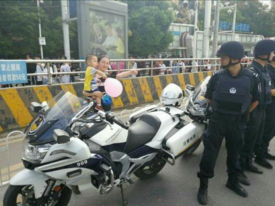 这一幕感动了身边的同事及战友 武汉警方 供图