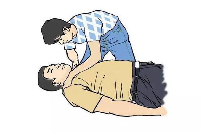 收割机司机突发疾病晕倒 加油员紧急救援助其脱险