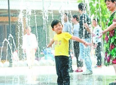 1日,汉街喷泉广场上,孩子们玩耍嬉戏