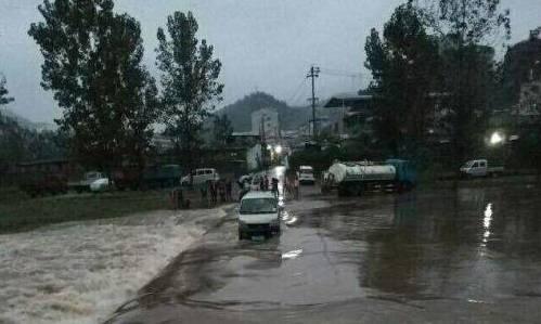 十堰市1日大雨,一辆小货车被困河中央