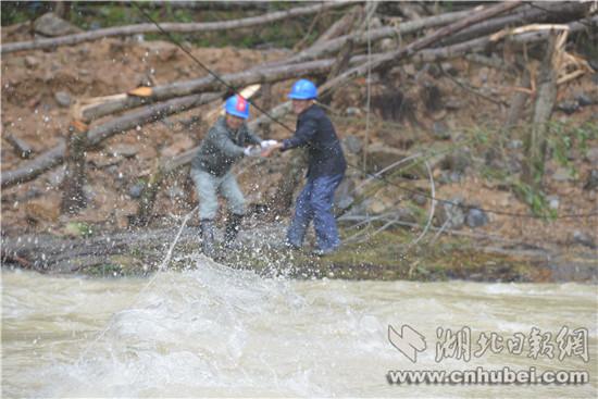 持续暴雨袭击电力设施 恩施市供电部门抢险保电畅通